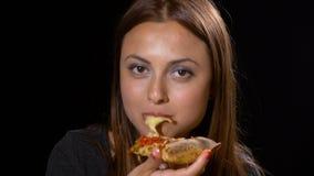 Close-up van mooie vrouw die van een plak van haar favoriete pizza genieten stock video