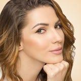 Close-up van mooie vrouw op gele achtergrond Stock Afbeelding