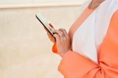 Close-up van moslimvrouw met tabletcomputer in openlucht Royalty-vrije Stock Foto's