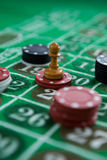 Close-up van muntstuk en spaanders op lijst Stock Afbeeldingen