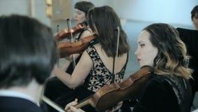 Close-up van musicus het spelen viool op de symfoniezaal stock video