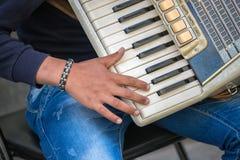 Close-up van musicushand die een harmonika spelen royalty-vrije stock afbeeldingen