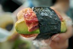 Close-up van musubi, een Japanse die snack beroemd in Hawaï, uit bacon, avocado, spam, en ei wordt samengesteld royalty-vrije stock fotografie