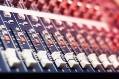 Close-up van muziekmixer in audiostudio royalty-vrije stock fotografie