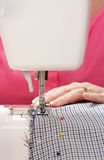 Close-up van naaimachine in gebruik Royalty-vrije Stock Foto