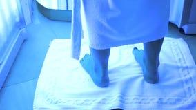 Close-up van naakt voetenmeisje dat zich in het Solarium bevindt en zonnebaadt stock footage