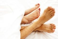 Close-up van naakte voeten die van liefdepaar, opmaken Royalty-vrije Stock Fotografie