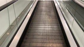Close-up van naar beneden het bewegen van travolator in een winkelcentrum Vlakke traproltrap stock video