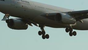 Close-up van naderbij komende Luchtbus A330 van Air Namibia stock footage