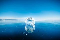 Close-up van natuurlijk brekend ijs in bevroren water op Meer Baikal, Siberië, Rusland stock foto