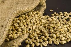 Close-up van niet geroosterde koffiebonen in hennepzak op zwarte achtergrond Royalty-vrije Stock Fotografie