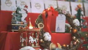 Close-up van Nieuwe jaarherinneringen op plank voor verkoop stock videobeelden