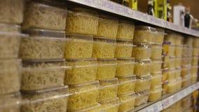 Close-up van noedels in de winkel scène Einoedels in dozen op de teller deli stock videobeelden