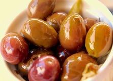 Close-up van olijven in olie worden ingelegd die royalty-vrije stock fotografie