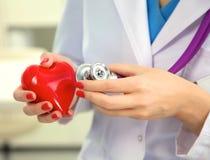 Close-up van onbekende vrouwelijke arts met stethoscoop Stock Afbeelding