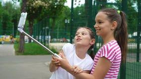 Close-up van onbezorgde jonge meisjes die grappige gezichten maken en voor selfies glimlachen royalty-vrije stock foto