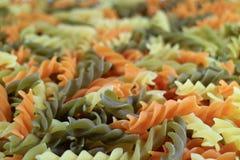 Close-up van Ongekookte van Fusilli of drie-Kleur Spiraal Gevormde Deegwaren stock foto