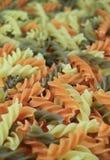 Close-up van Ongekookte Tricolor Fusilli, drie-Kleur Draai Gevormde Deegwaren, Verticaal Beeld royalty-vrije stock fotografie