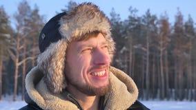 Close-up van ontdekkingsreiziger op middelbare leeftijd in kap en laag het letten op bij zon dreamily wordt geschoten die vreugde stock video