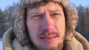 Close-up van ontdekkingsreiziger op middelbare leeftijd in kap en laag het letten calmly op in camera wordt geschoten die stock videobeelden