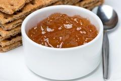 Close-up van oranje jam en kernachtig brood royalty-vrije stock foto