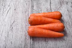 Close-up van oranje wortelen, groentenhoogtepunt van carotine voor gezonde, gezonde smoothies op een lichte houten achtergrond stock foto's