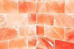 Close-up van oranje zoute muur binnen saunaruimte royalty-vrije stock foto