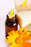 Close-up van organische olie en goudsbloembloemen Stock Fotografie