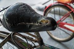 Close-up van oud fietszadel dat wordt geschoten Royalty-vrije Stock Foto's