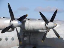 Close-up van oud motor en propellervliegtuig stock foto's