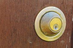 Close-up van oud roestig deurslot op houten achtergrond Mooi V stock foto's