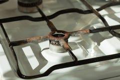 Close-up van oud roestig gasfornuis in binnenlandse keuken Stock Afbeeldingen