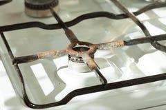 Close-up van oud roestig gasfornuis in binnenlandse keuken Stock Fotografie