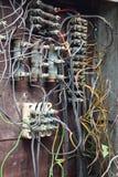 Close-up van oude elektrische doos met bedrading Royalty-vrije Stock Afbeeldingen