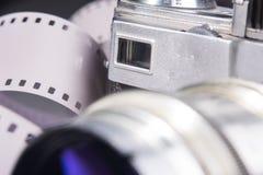Close-up van oude fotocamera met een een metaallens en beeldzoeker Royalty-vrije Stock Afbeeldingen