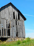Close-up van oude, ongebruikte schuur met rotsstichting in Vingermerengebied Stock Foto's