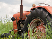 Close-up van oude roestige traktor op gebied Stock Afbeelding