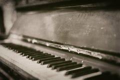 Close-up van oude wijnoogst gekraste piano in zwart-wit - retro fotografie stock afbeeldingen