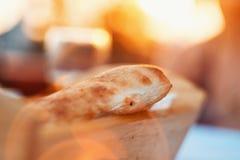 Close-up van Oven Baked Homemade Traditional Bread in het Houten Mand Baden in Zonlicht tijdens Zonsondergang Royalty-vrije Stock Afbeelding