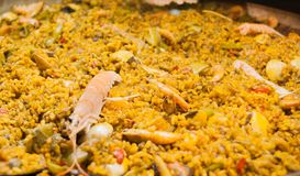 Close-up van paella klaar te dienen stock fotografie