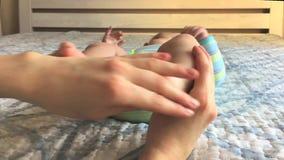 Close-up van pasgeboren voetmassage door mamma thuis stock videobeelden