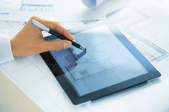 Close-up van PC van Woman Using Tablet van de Handenarchitect Royalty-vrije Stock Fotografie