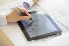 Close-up van PC van Woman Using Tablet van de Handenarchitect Stock Foto's