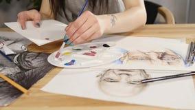 Close-up van penseel in vrouwenhanden die verven op palet mengen stock videobeelden