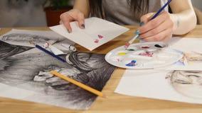 Close-up van penseel in vrouwenhanden die verven op palet mengen stock footage