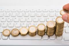 Close-up van persoon die muntstukken stapelen Stock Afbeelding
