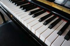 Close-up van pianosleutels dichte frontale mening royalty-vrije stock afbeelding