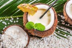 Close-up van pinacoladadrank in een kokosnoot wordt gediend die Stock Fotografie