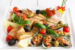 Close-up van plaat met geassorteerde gekookte zeevruchten Royalty-vrije Stock Foto's