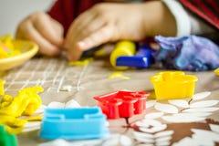 Close-up van plasticinevormen en kindhanden op de achtergrond Royalty-vrije Stock Foto's